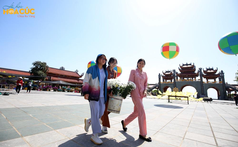 Trong khung cảnh thơ mộng với trời xanh cùng những quả bóng bay rực rỡ, các Phật tử trẻ hân hoan chuẩn bị hoa cúc cho lễ hội