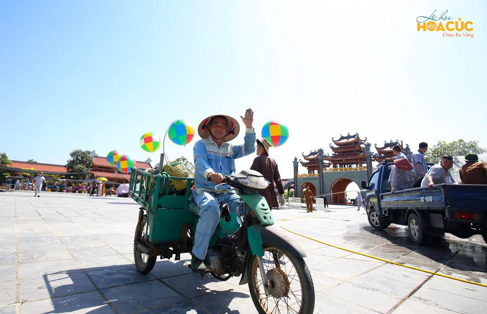 Những quả bóng bay nhiều màu sắc như lấp lánh dưới ánh nắng cuối thu, hòa mình trong không khí gấp rút chuẩn bị lễ hội của các Phật tử