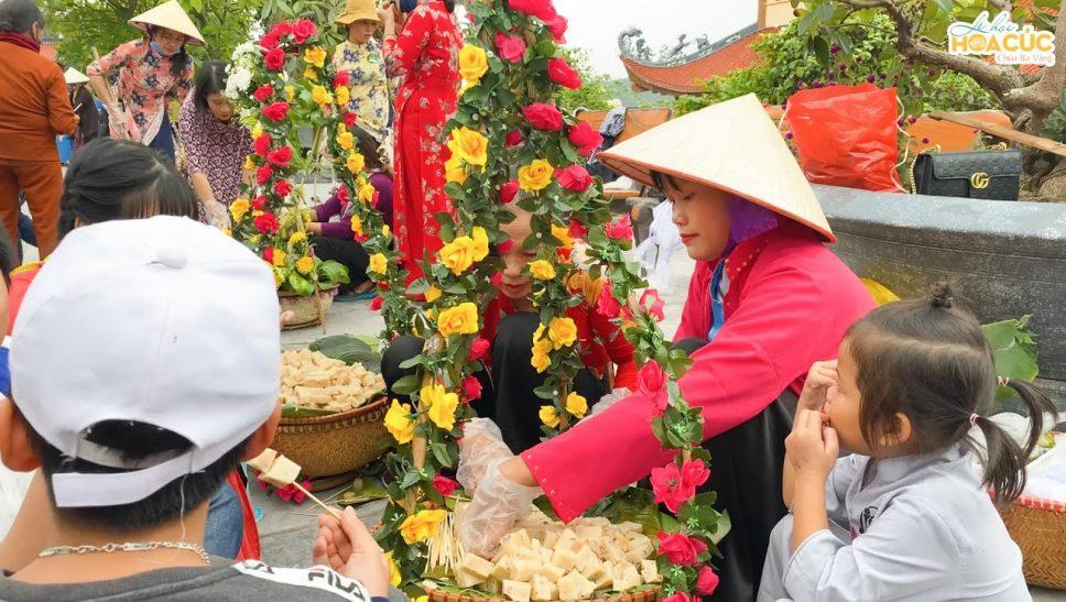 Trải nghiệm hoạt động văn hóa truyền thống dân tộc ở khu chợ quê tại Lễ hội Hoa Cúc chùa Ba Vàng
