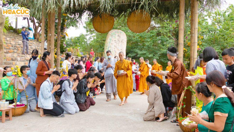 Các Phật tử đứng hai bên đường thành kính chắp tay nơi Tăng đoàn đi qua