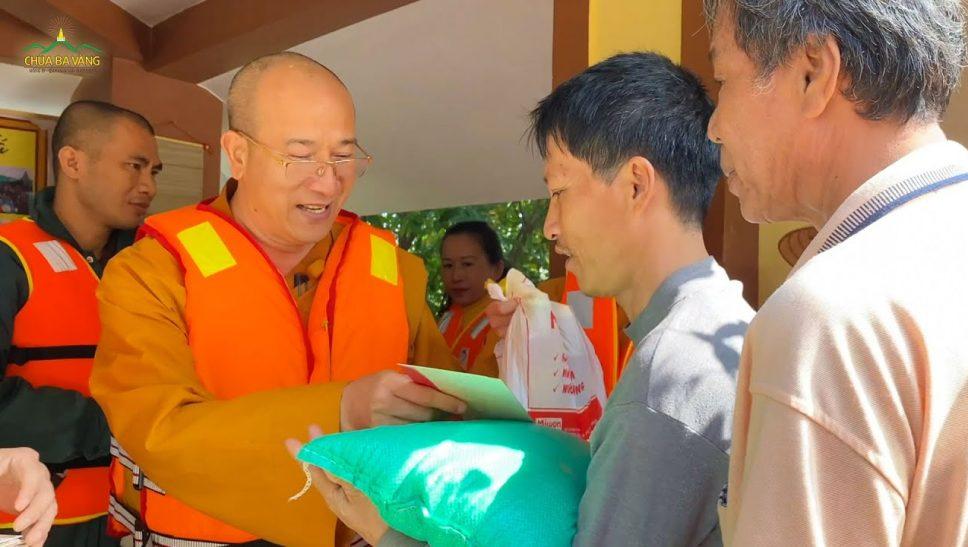 Thầy Thích Trúc Thái Minh tặng quà cho đồng bào miền Trung tại chùa Quảng Xá, tỉnh Quảng Bình