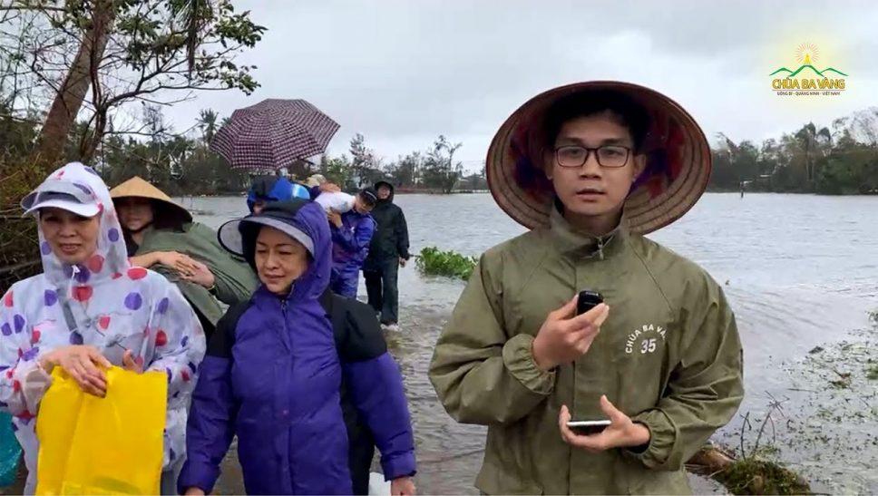 Phật tử chùa Ba Vàng trực tiếp đi vào các hộ dân bị cô lập bởi mưa lũ tại huyện Núi Thành, Quảng Nam