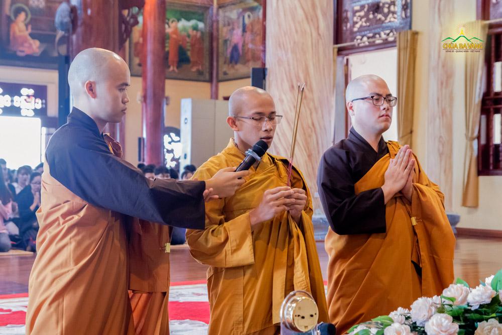 Đại đức Thích Trúc Bảo Kiên quang lâm Chính điện để tác lễ cầu bình an cho thầy và trò Trường THPT Đông Triều (Quảng Ninh)