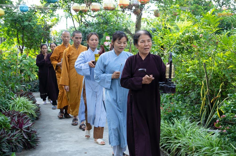 Chư Tăng chùa Ba Vàng đã về chùa Mỹ Lương tổ chức Khóa tu Bát Quan Trai giới cho nhân dân và Phật tử tại chùa.