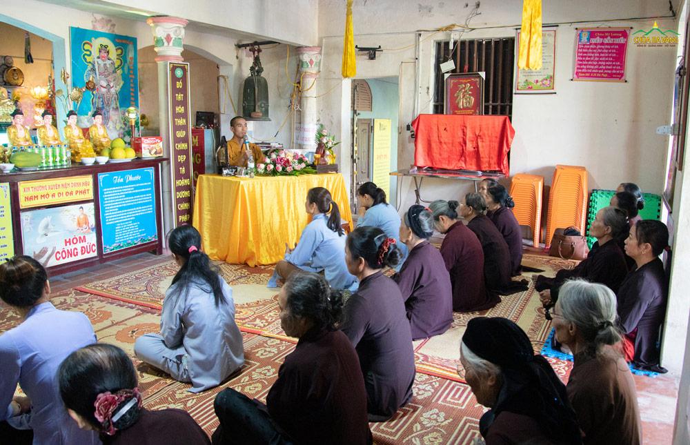 Phật tử và nhân dân lắng nghe lời dạy từ Đại đức giới sư.