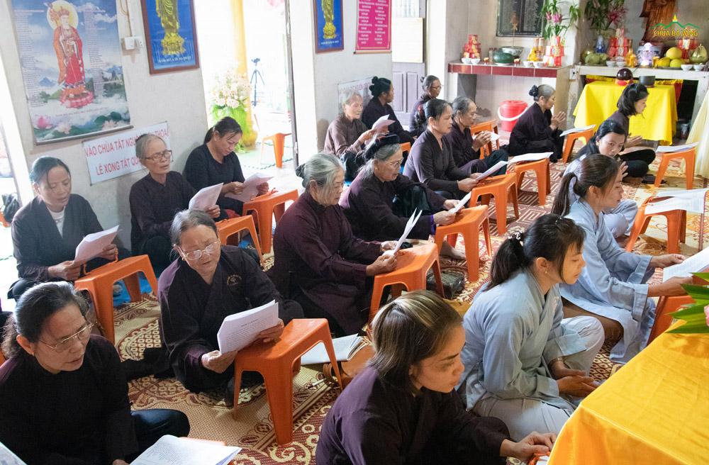 Nhân dân, Phật tử trang nghiêm tham dự thời khóa tụng kinh.