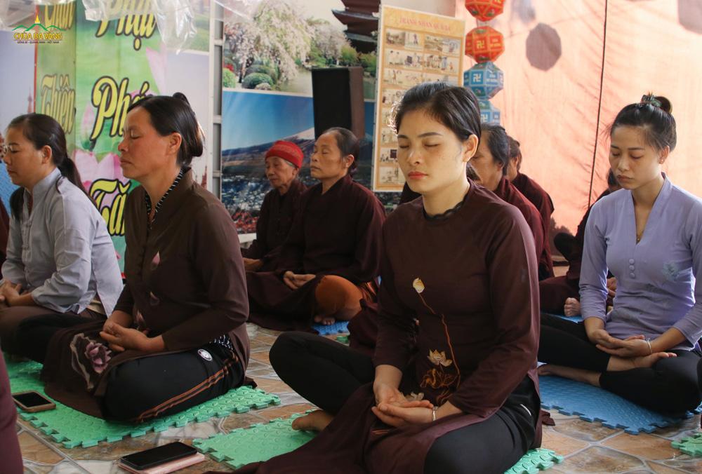 Các Phật tử thực tập ngồi thiền theo sự hướng dẫn của chư Tăng.