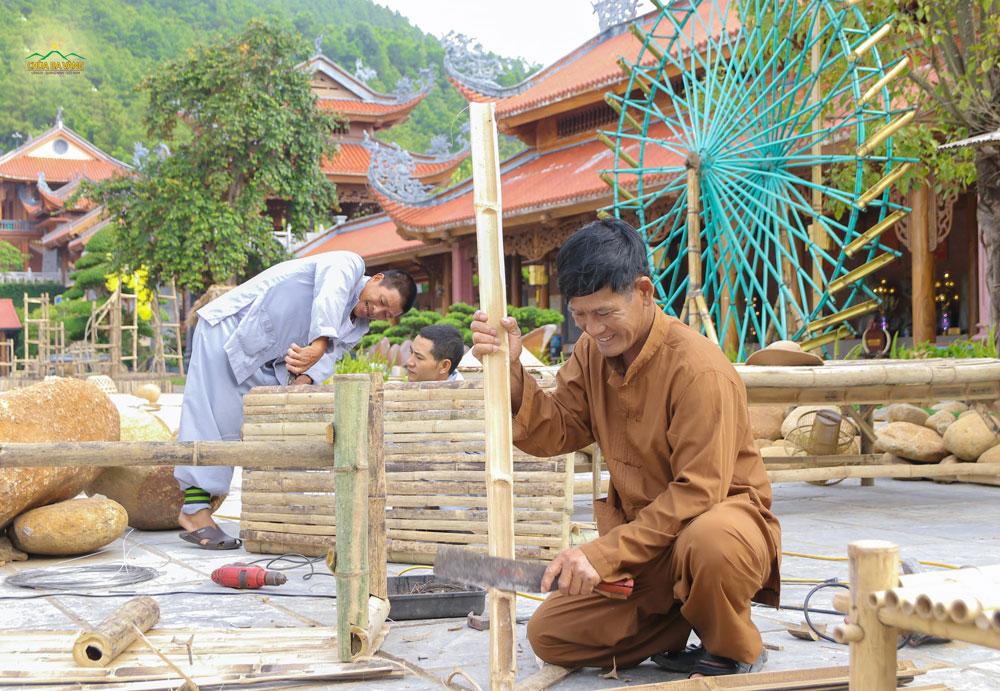 Các Phật tử lên chùa làm công quả chính là đang bố thí, cho đi vì thế sẽ được thiên nhân gia hộ