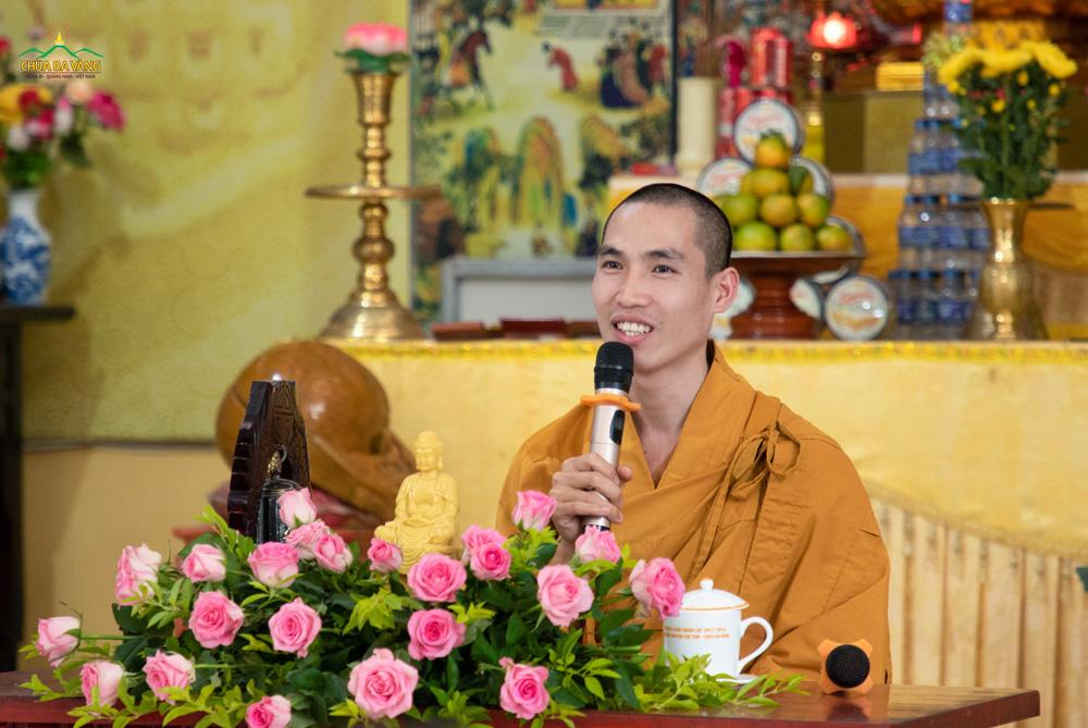 Đại đức Thích Trúc Bảo Hòa truyền trao giới pháp cho quý Phật tử và hướng dẫn tu tập.