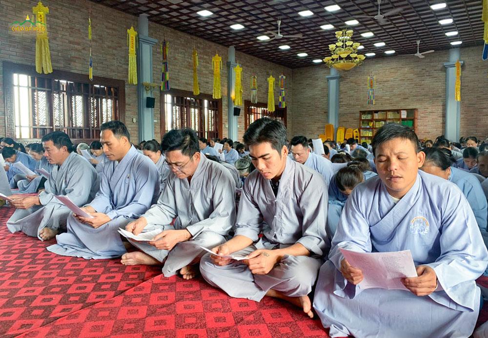 Phật tử tham dự thời khóa tụng kinh.