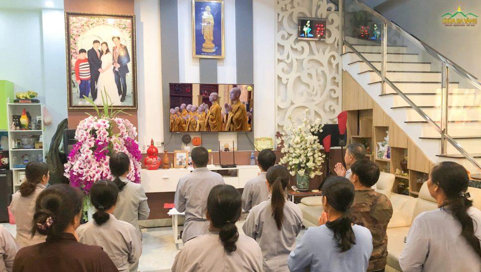 Các Phật tử chùa Ba Vàng tham gia thời khóa sám hối tại tư gia