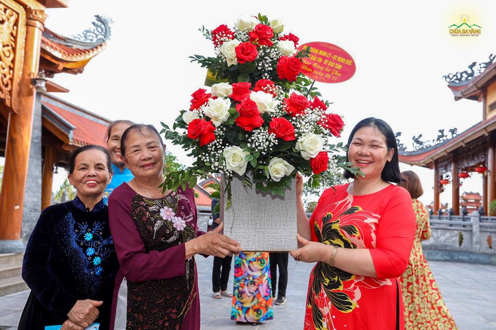 Nhân ngày 20/11, đại diện cho các Phật tử đang tu học tại bốn đạo tràng Minh Lý, Minh Đức, Bảo Tín, Bảo Tâm hân hoan về chùa tri ân Sư Phụ.