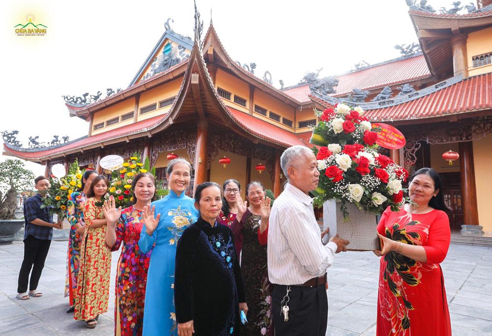 Những lẵng hoa tươi thắm được các Phật tử dâng lên cúng dường tới Sư Phụ nhân ngày nhà giáo Việt Nam.