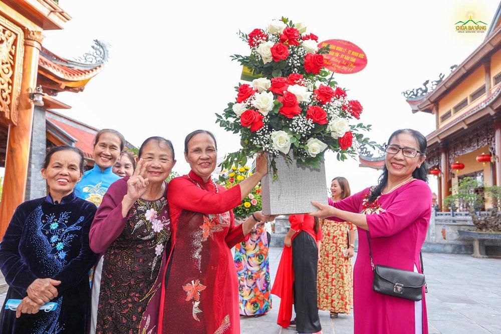 Niềm vui rạng ngời của các quý Phật tử khi được về đảnh lễ và dâng những lẵng hoa tươi thắm tri ân người Thầy giáo dưỡng cho mình.