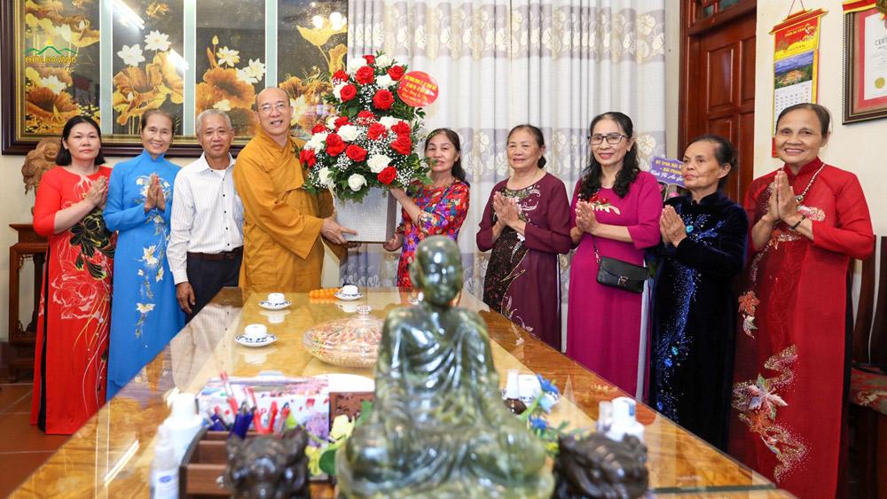 Các quý Phật tử thành kính và mừng vui kính dâng hoa tri ân Sư Phụ.