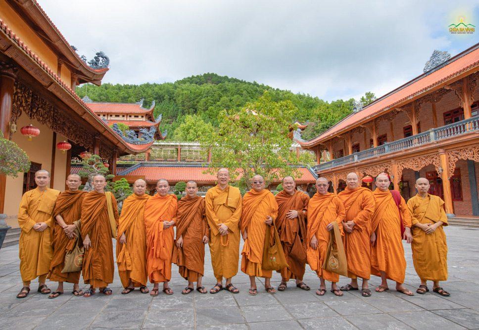 Chư Tôn Đức Phật Giáo Nam Tông thăm chùa Ba Vàng