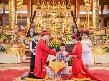 Tân lang trao nhẫn cưới cho tân nương tại buổi lễ Hằng thuậnTân lang trao nhẫn cưới cho tân nương tại buổi lễ Hằng thuận