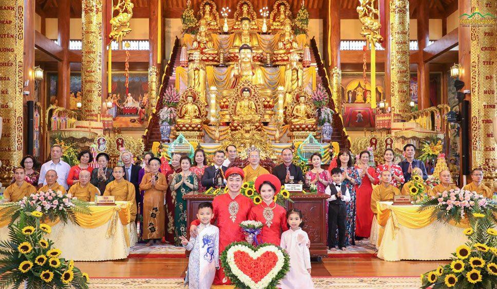 Tân lang, tân nương cùng gia đình chụp ảnh lưu niệm với Sư Phụ Thích Trúc Thái Minh