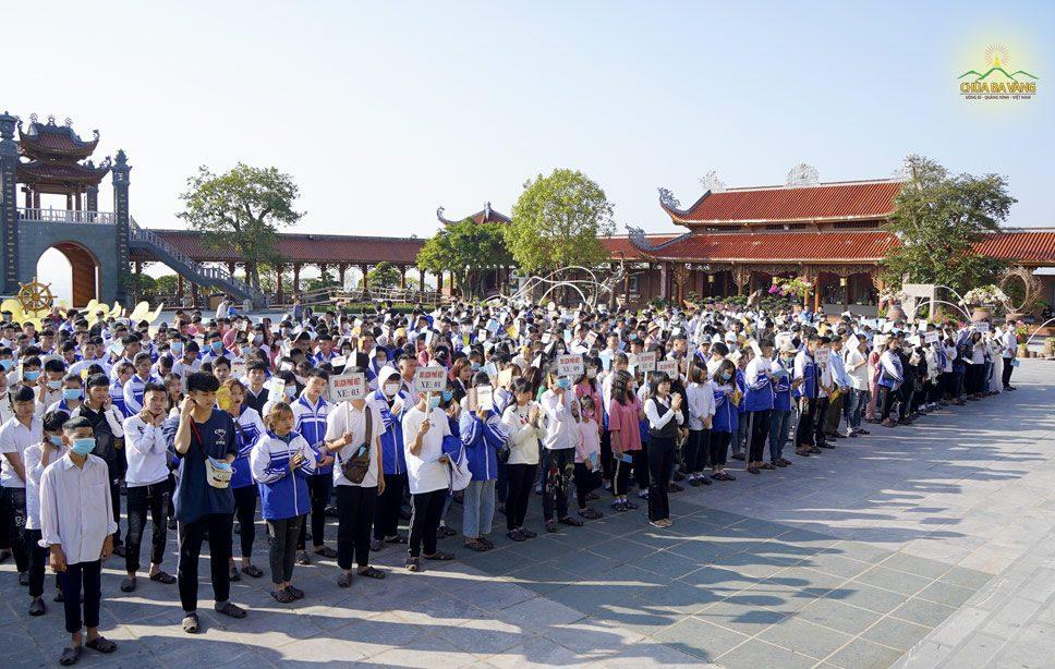 Các thầy cô và các em học sinh lễ Phật và cầu an tại sân Chính điện chùa Ba Vàng