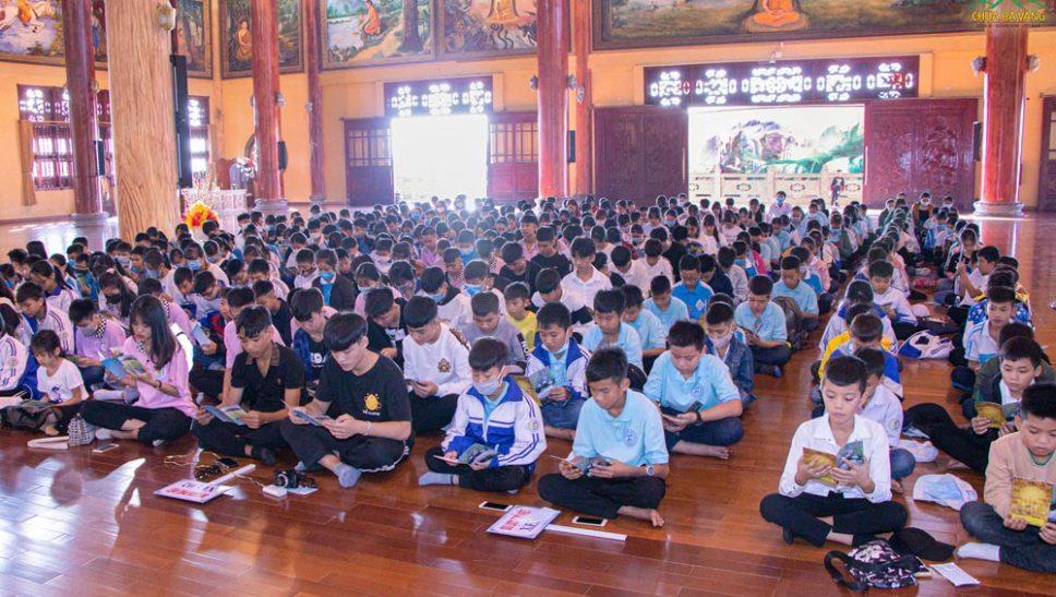 Gần 400 học sinh Trường THCS Tràng An (Đông Triều) về chùa Ba Vàng sinh hoạt ngoại khóa