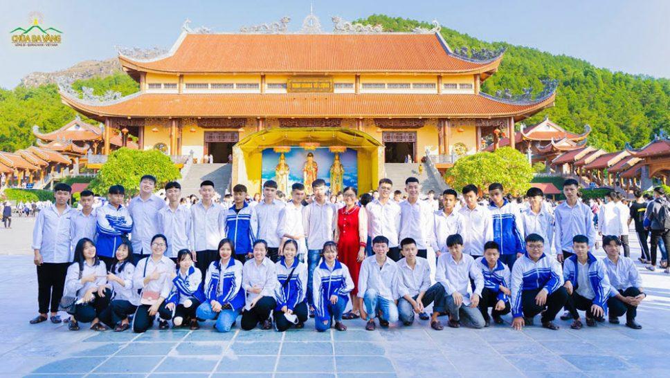 Buổi sinh hoạt ý nghĩa tại chùa Ba Vàng của Thầy và trò trường THPT Hồng Bàng và THPT Nguyễn Bình