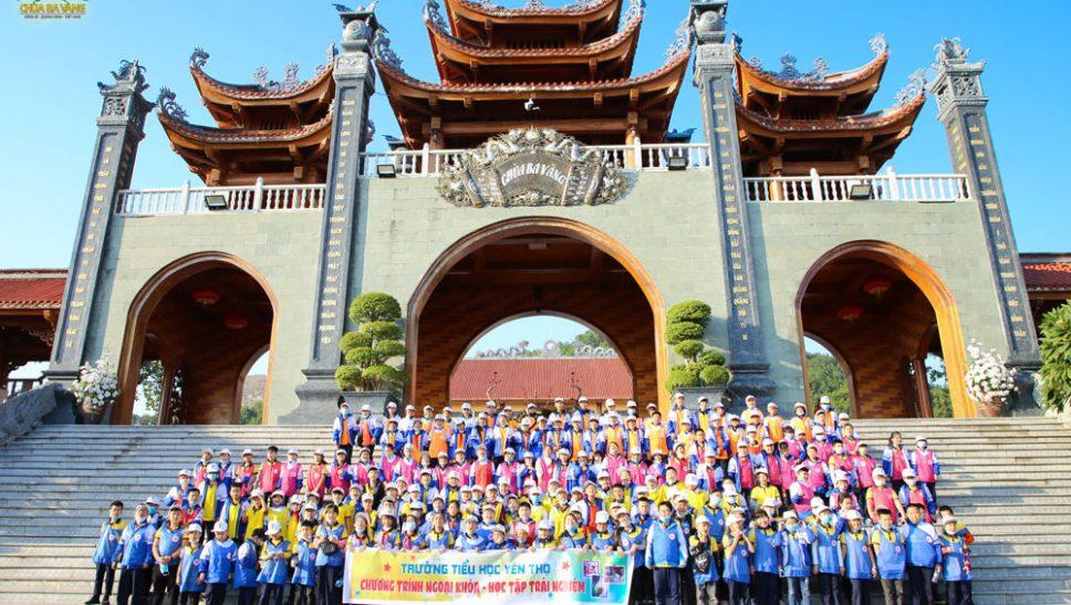 Các em học sinh trường Tiểu học Yên Thọ - Quảng Ninh được trải nghiệm buổi sinh hoạt ngoại khóa tại chùa Ba Vàng