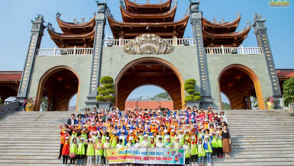 Giáo viên, học sinh trường tiểu học Yên Đức rất vui khi được về chùa Ba Vàng thăm quan, lễ Phậ